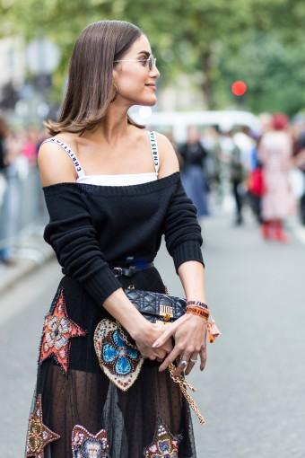 Alcinhas aparecendo Tudo bem que Camila Coelho está 100% de Dior neste look, mas a dica de styling é investir em um modelo de sutiã com informação de moda na alça e deixa-lá à mostra tombando um suéter ombro a ombro. A calcinha do tipo hot pant também fica ótima com saia transparente.