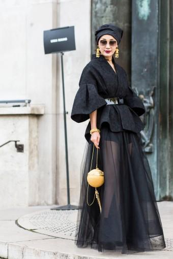 """Para festa Com saia longa transparente e top clássico tipo """"bar jacket"""" da Dior, a hot pant pode até pisar no tapete vermelho."""