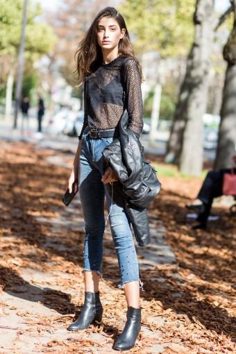 Blusa de renda + jeans skinny - Para tirar o ar romântico deste combo que deixa o sutiã à mostra, invista em acessórios e complementos mais pesados. A bota e o casaco de couro em preto ajudam a aumentar o fator cool.