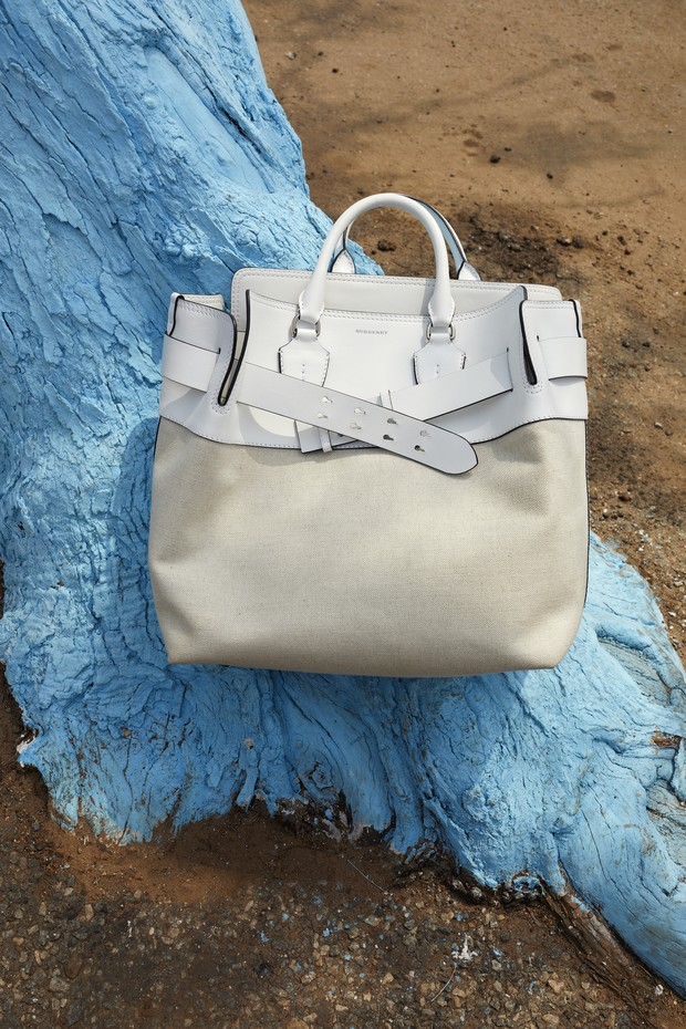 the_medium_belt_bag_in_white_leather_and_canvas_c_courtesy_of_burberry_juergen_teller.jpg