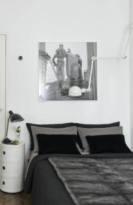 Detalhe do quarto do casal, onde a luminária articulada, do francês Jean-Louis Demec, foi colocada acima da cabeceira da cama Foto: Sergei Ananiev