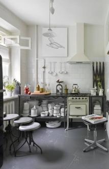 Cozinha apostou em cores claras como no fogão a gás da era soviética e no jogo de panelas. Foto: Sergei Ananiev