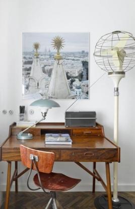 Criada em 1961 pelo designer Arne Wahl Iversen, escrivaninha foi colocada em um dos cantos da área de estar e acompanha outros objetos garimpados como um rádio Beolit 500, da Bang & Olufsen, original dos anos 1970 Foto: Sergei Ananiev