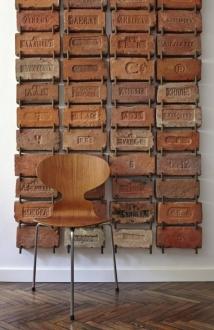 Tijolos da era pré-Revolução Russa, com marcações em alfabeto cirílico, fazem pano de fundo para a cadeira Formiga, do dinamarquês Arne Jacobsen Foto: Sergei Ananiev