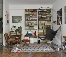 Sala de estar traz móveis históricos como a estante e a poltrona de couro, ambas dos anos 1950 e de origem dinamarquesa. Destaque também para a Cadeira KS, de Dennis Marquart para a OX Design Foto: Sergei Ananiev