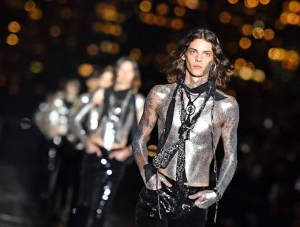 A entrada final dos modelos na passarela da Saint Laurent, em Nova York Foto: Angela Weiss/AFP PHOTO