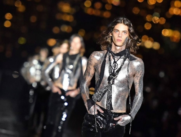 A entrada final dos modelos na passarela da Saint Laurent, em Nova York Foto: Angela Weiss/AFP PHOTO