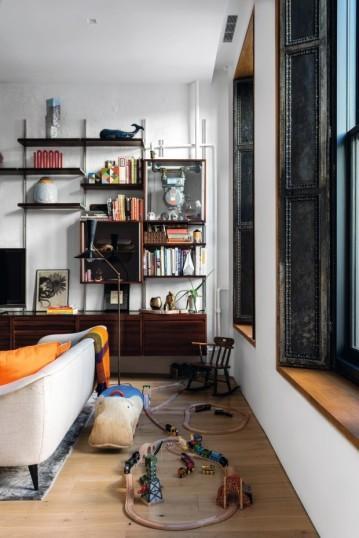 O sofá, também de Tenreiro, esconde, espalhados pelo chão, os vintage toys do filho caçula, Marlon, criados nos anos 1960 pela alemã Renate Müller, também representada pela R & Company e conhecida no design por seus brinquedos terapêuticos feitos de materiais naturais