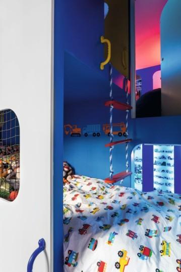Evidências de como Zesty se inspirou no design modular dos anos 1960 do italiano Joe Colombo para inventar uma 'caixa' que comporta internamente os quartos dos dois filhos, um estúdio e uma sala de brinquedo – a paixão dos meninos por carros e naves espaciais justifica a coleção de miniaturas e outros detalhes divertidos do décor