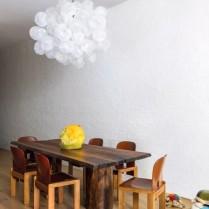 Na sala de jantar, a luminária escultural criada pelo artista e amigo de longa data do casal, o americano Jeff Zimmerman, é protagonista do décor – sobre a mesa de José Zanine Caldas, encontrada pelo proprietário em sua primeira viagem ao Brasil, o vaso amarelo de vidro soprado à mão (2015), também de Jeff Zimmerman, que complementa a paleta terrosa das cadeiras (1965) de afra & Tobia Scarpa para a Cassina