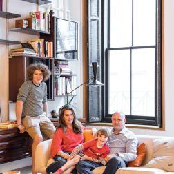 Zesty e Maureen posam com os filhos Marlon e Max, no living