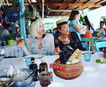 A maquiadora Joyce Bonelli com Kris Jenner (Foto: Instagram)