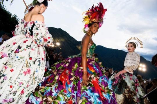 Naomi Campbell riquíssima numa vibe quase carnavalesca. Que poder!
