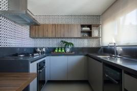Na cozinha, destaque para o efeito gráfico da cerâmica LADRILHART, pano de fundo perfeito para a bancada com tampo de Silestone BASALTO SANTO ANTONIO MÁRMORES E GRANITO e os armários FLORENSE GOETHE