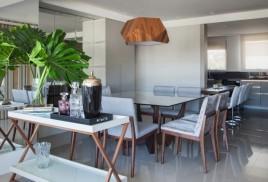 A sala de jantar reúne amigos e familiares com móveis CONTEMPORÂNEA e pendente DILUCE