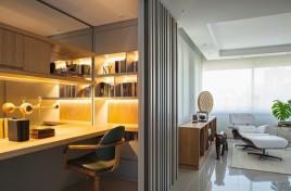 Vista do gabinete integrado ao canto do living apresenta marcenaria SCHUSTER e espelho BISOTEC – ao fundo, cortinas MANJABOSCO DÉCOR – HUNTER DOUGLAS