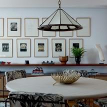 Mesa de jantar desenhada pela arquiteta e designer Carolina Maluhy e cadeiras de Geraldo de Barros (Foto: André Klotz)