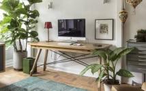 A escrivaninha Harmonia é feita de madeira maciça freijó e estrutura metálica na parte inferior Foto: Zeca Wittner