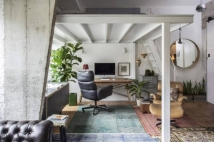 Home office fica embaixo do mezanino onde fica o quarto de Lufe. Foto: Zeca Wittner
