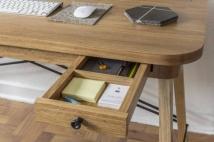 A escrivaninha ainda tem compartimentos com menos profundidade, pensados para facilitar a busca de itens guardados. Foto: Zeca Wittner