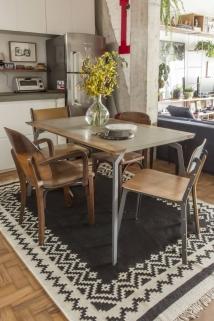 A mesa de jantar Soma+ possui design 'slim' e de estilo industrial Foto: Zeca Wittner