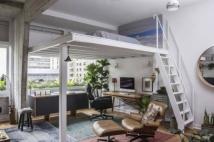 O mezaninofoi a aposta do proprietário para ampliar o espaço de que dispunha para inserir o home office Foto: Zeca Wittner