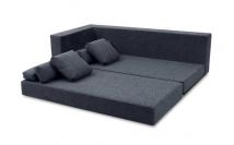 Os estofados são soltos um do outro, o que facilita a montagem. O braço do sofá foi feito de maneira reforçada para ser mais uma opção de assento e suporte Foto: Life by Lufe