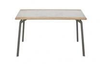 A mesa de jantar Soma+ agregou três elementos principais do apartamento: a madeira nas bordas, o concreto no tampo e o metal nas pernas Foto: Life by Lufe