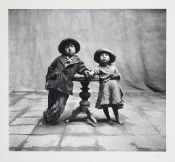 'Cuzco Children', de 1948, um dos trabalhos em que Penn se dedica a fotografar gente da vida real. Foto: Irving Penn/The Irving Penn Foundation