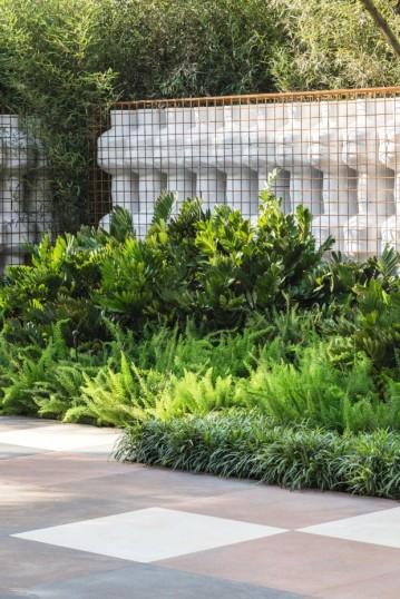 Espécies como oliveiras de folhas acinzentadas, aspargos-rabo--de-raposa, camarão-amarelo e guaimbês compõem um setor singular do jardim