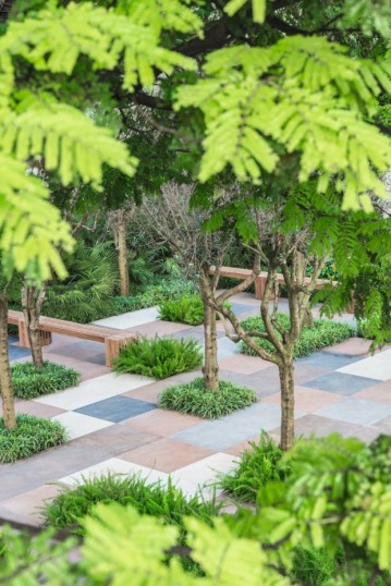 Aqui é possível vislumbrar o esplendor do projeto paisagístico, que integra plantas de diferentes lugares do mundo a uma diversidade de pedras, distribuídas de modo a criar um tabuleiro de cores e texturas no piso