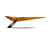 Banco Nau, fabricado em madeira maciça com aproximadamente 1,90 m, que se mantém suspenso em uma base em aço corten, do designer Leonardo Vanetti. www.leonardovanetti.com Foto: Leonardo Vanetti