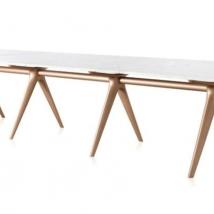 Mesa de jantar Hold 4 x 1,10 m, lançada na versão mármore carrara fosco e pés champagne, de Jader Almeida para a Sollos. www.sollos.ind.br Foto: Sollos