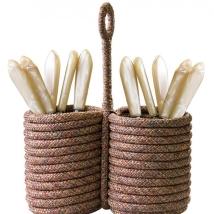 A Tidelli lança novos itens na sua coleção de acessórios para a casa com o uso da corda náutica. Porta talheres com detalhes em alumínio. www.tidelli.com.br Tel.: (11) 3032-1535 Foto: Tidelli