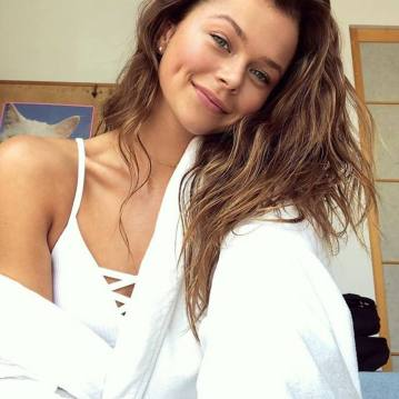 """A australiana Alannah Walton, hoje com 17 anos, foi descoberta pelo fotógrafo Mario Testino enquanto jantava com seus pais em Sidney. Uma semana depois, estava clicando seu primeiro ensaio para a Vogue. """"É honestamente minha melhor conquista e a que mais me orgulho até agora"""", descreve ela sobre sua estreia na marca de lingerie. Foto: Instagram.com/AlannahWalton"""