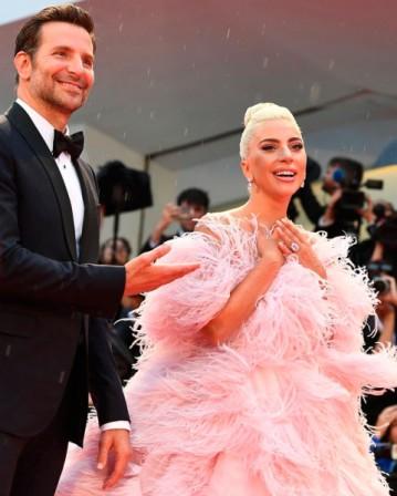 O vestido recebeu o nome de Flamingo por causa das penas que acompanham a peça toda!
