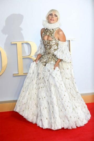 Em Londres, Gaga foi de Alexander McQueen