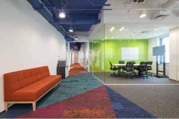 Escritório da indiana Tata Consultancy Services tem referências à cultura da empresa no uso de cores (Arealis/Divulgação)