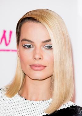 """Margot Robbie usou um traço grosso de delineador branco na première de """"Eu, Tonya"""" em Londres (Foto: Getty Images)"""