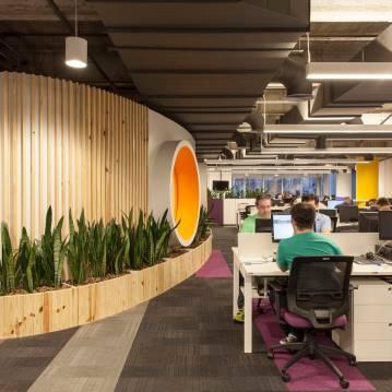Escritório da Linx, empresa de tecnologia, tem salas de reuniões diferentes, como a que aparece à esquerda na foto (Linx/Divulgação)