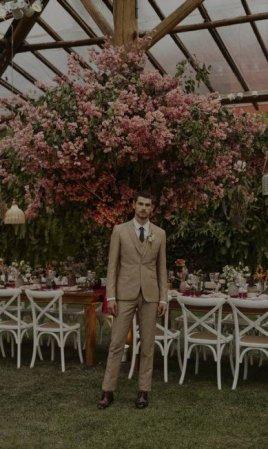 Terno e gravata ambos Eduardo Guinle, camisa Foxton, meias Zara e sapatos Ricardo Almeida | Foto: João Arraes