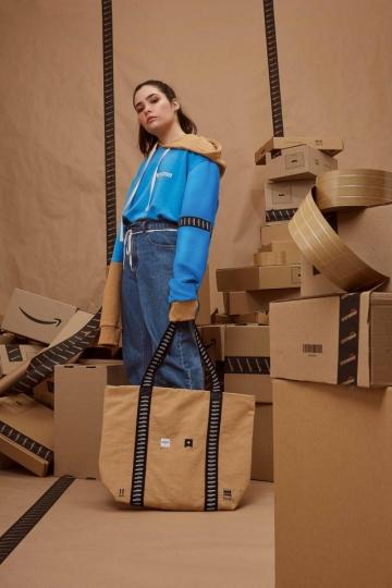 O moletom da coleção e a bolsa, com elementos como a fita adesiva da marca e a um bege cor de papel craft Foto: Leandro Tumenas/Divulgação