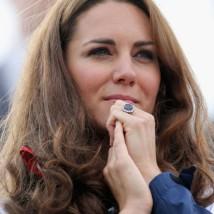 Já o anel de Kate Middleton é uma versão com safira azul e bem maior, a pedra tem aproximadamente 12 quilates e o anel vale £ 300 (aproximadamente R$ 1,5 milhão)