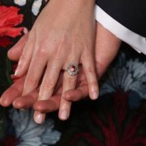 O anel da princesa Eugenie é bem parecido com o de Gaga mas em uma versão menor, com safira rosa de 3 quilates e custando em torno de £ 100 mil (aproximadamente R$ 500 mil)