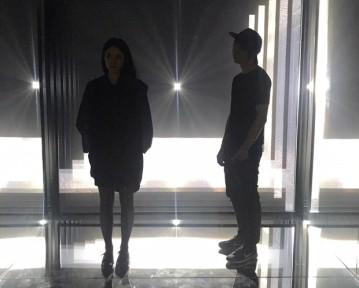 Noemi Schipfer e Takami Nakamoto posam na obra Daydream V.5 Infinite, na Japan House