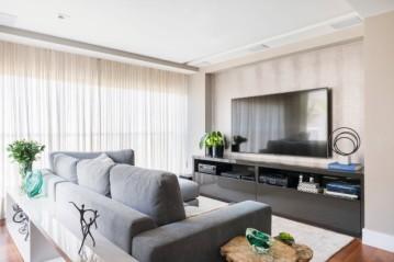 A sala de TV possui aparador BONTEMPO e panos de vidro VIPLAS