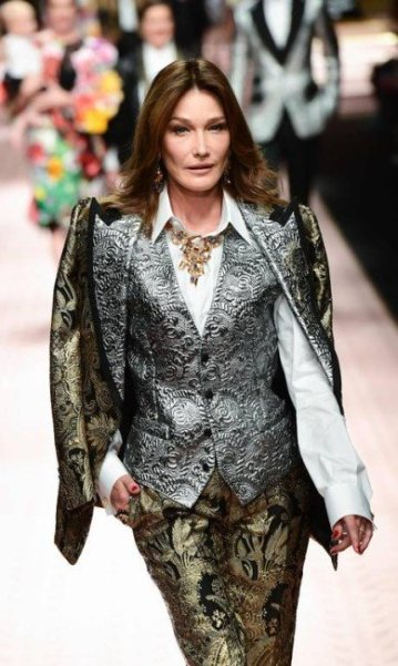 Carla Bruni brilhou na passarela da Dolce & Gabbana | MIGUEL MEDINA / AFP