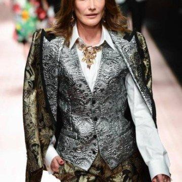 Carla Bruni brilhou na passarela da Dolce & Gabbana   MIGUEL MEDINA / AFP