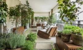 A arquiteta e proprietária Paula Zelazo chamou o estúdio de paisagismo Gilberto Elkis para criar sua varanda que mescla jardim, orquidário e horta Foto: Zeca Wittner