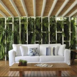 Os jardins verticais ficam lindos dentro e fora de casa. A paisagista Rafaela Novaes, por exemplo, apostou em luz e ventilação natural para o seu projeto que leva este tipo de jardim Foto: André Fontes